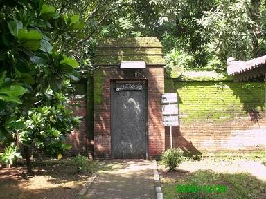 gerbang tempat itikaf/tirakat Sunan Gunung Jati dan para sultan Kasepuhan